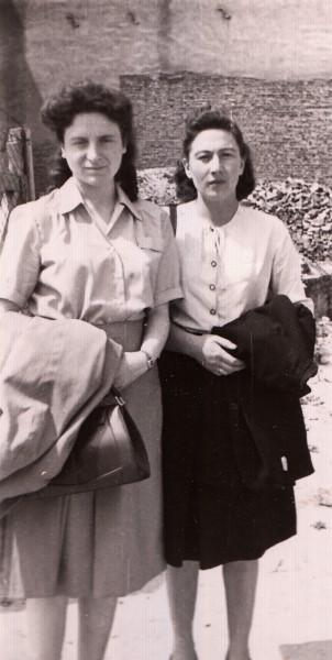Chava Rosenfarb z przyjaciółką. Łódź 1946. Fot. www.chavarosenfarb.com-photos