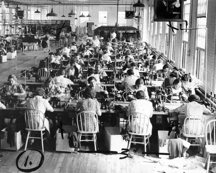 Fot. Women sewing at long tables next to tall windows in a garment factory, 1940. KHEEL CENTER CC BY 2.0
