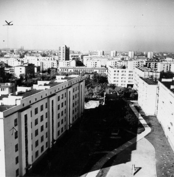 Doły - widok z punktowca przy ul. Zmiennej w kierunku ul. Spornej. Widoczny wieżowiec stoi przy ul. Boya-Żeleńskiego 12, 1960, www.miastograf.pl