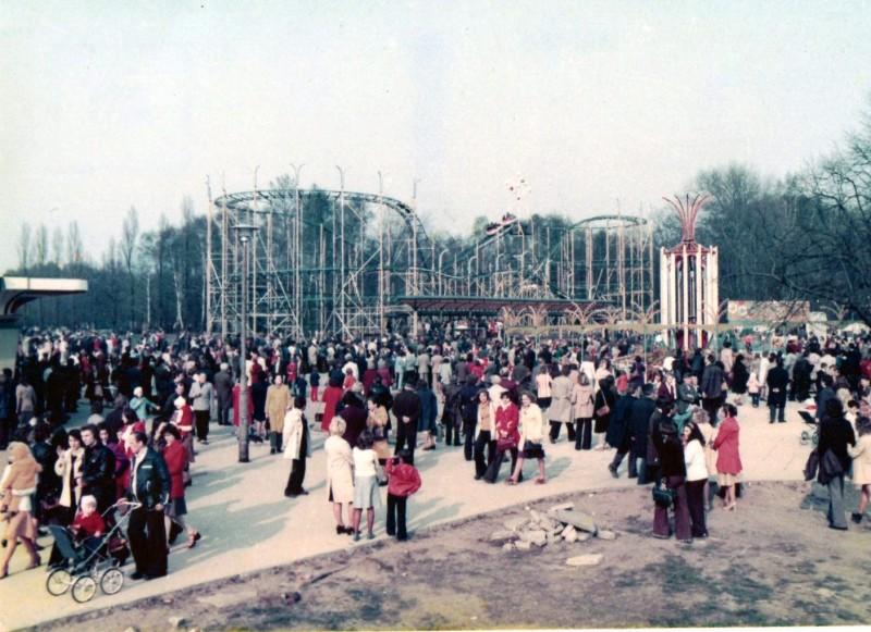 Kolejka górska w kilka dni po otwarciu Lunaparku w Łodzi. Fot. S.Z.