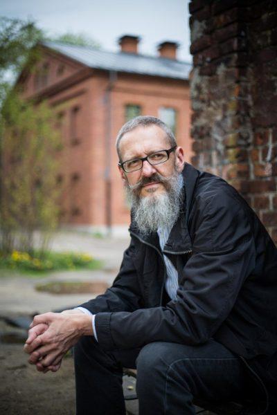 Autor artykułu przy swoim domu. Fot. Zbigniew Polędwica